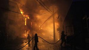 I den chilenska hamnstaden Valparaiso har minst 150 hus brunnit ner och tusentals männsikor har evakuerats undan en skogsbrand som har spridit sig till staden.