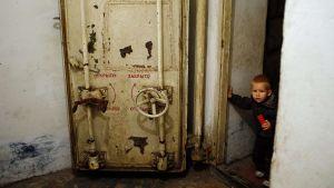 En liten pojke i ett skyddsrum i Petrovski, 20 km från Donetsk, den 23 oktober 2014.