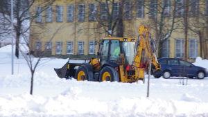 En snö traktor som åker