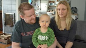 Tobias och Marttiina hagner tillsammans med sonen Erik.