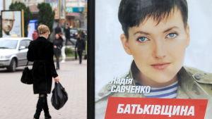 Valaffisch av den ukrainska stridspiloten Nadezjda Savtjenko i Kiev.