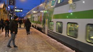 Resenärer i Karis stiger på 7.24-tåget.