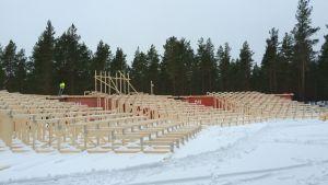 Läktaren för friluftspjäsen Okänd soldat i Harparskog i Hangö håller på att byggas.