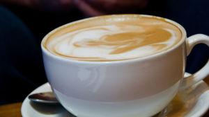 Kaffekopp med mjölkkaffe i