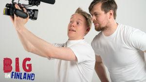 Kuvassa Pietari Vihula ja Henric Chezek katsovat kameraan.