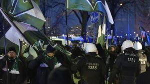 Nazistiska Nordiska motståndsrörelsen demonstrerar under Finlands självständighetsdag i december 2016.