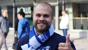 HJK-supportern Rasmus Pinomaa ler och visar tumme upp.