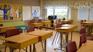 Ett klassrum med pulpeter