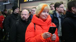Pirjo Pakonen hade klätt sig i orange.