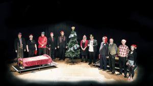 Vapautuvien vankien Porttiteatteri teki esityksen nimeltä Joulutarinoita. Kuvassa esiintyjät loppukumarruksissa.