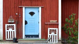 Blå dörr till Prästkullas daghem Prästkragen.