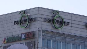 Espoolaisen Iso Omena -kauppakeskuksen nimi seinässä