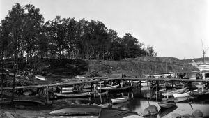Båtar på Busholmen, i början av 1920-talet.