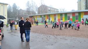 Klasslärare Johanna Berlin talar med prins Daniel på skolgården.