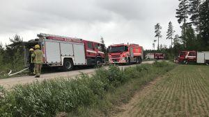 Räddningsverket släcker markbrand i Norra Paipis i Sibbo.
