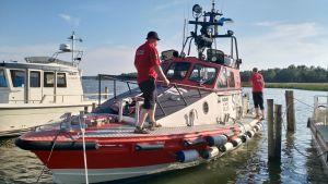 Ingå sjöräddare rf vid Ingå småbåtshamn ombord på Fagerö.