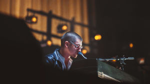 Arctic Monkeysin Alex Turner soittamasssa pianoa Flow Festivalilla.