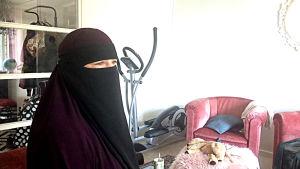 kvinna i niqab hemma