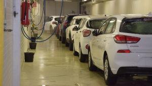 Bilar tvättas i SE Mäkinens tvätthall.
