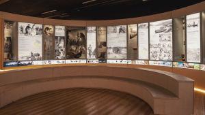 Ljustavlor med texter och historiska bilder i ett runt utrymme.
