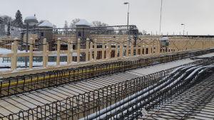 Armeringsjärn på den nya järnvägsbron i Karis.