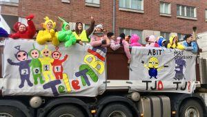Fyra teletubbies och andra utklädda abiturienter på ett lastbilsflak på penkis i Åbo 2019.