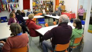 Diskussion i Röda korsets lokal Kolo i Borgå.