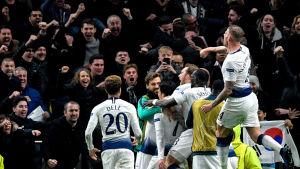 Tottenham-spelarna firar mål mot City.