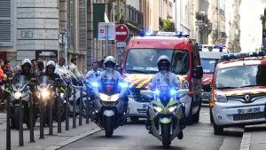 Ambulanser och poliser i centrala Lyon efter en bombexplosion.