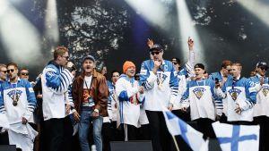Finska herrlandslaget firar sin guldseger i Kajsaniemi.
