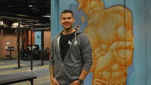 En man i ett gym.