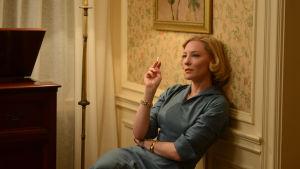 Cate Blanchett röker på film i blå klänning , sittandes