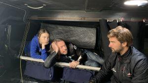 Greta och Svante Thunberg tillsammans med seglaren Boris Herrman på den asketiska segelbåten Malicia II