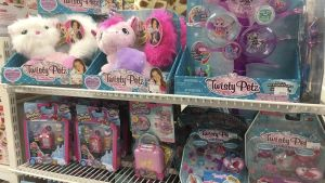 Färgglada leksaker i hyllan i en leksaksaffär.