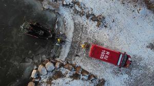 Brandbil och hydrokopter på strand fotat uppifrån