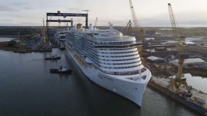 Kryssningsfartyget Costa Smeralda står vid Åbovarvet.