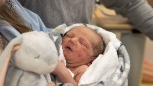 Ensimmäinen vauva syntynyt Kainuun uudessa keskussairaalassa.
