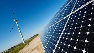 Aurinkokennoja ja tuulivoimala Leccen kaupungin lähellä Italiassa.