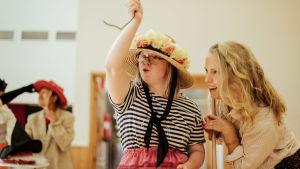 två kvinnor spelar teater