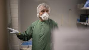 Tutkija Tomas Strandin laboratoriossa.