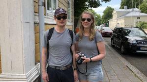 Rasmus Eskola och Julia Lövengren på Biskopsgatan.