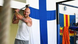 Robert Helenius tränar med en specialgjord slägga.