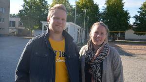 Jens Eriksson och Lotta Dammert på skolgård.