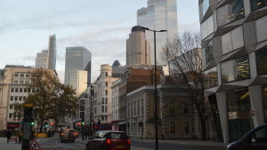Bild på gata med bilar och många olika byggnader.