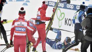 Aleksander Bolsjunov har precis lagt in en rejäl tackling på Joni Mäki.