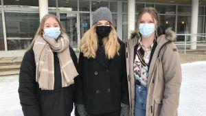 Anna Skoglund, Ellen Bos och Sofie Braxén, abiturienter på Vasa övningsskolas gymnasium.
