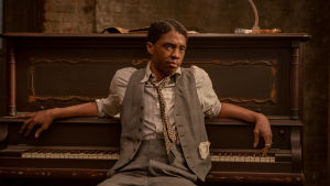 Chadwick Boseman poserar framför ett piano i filmen Ma Rainey´s Black Bottom.