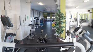 Cyklar på ett gym.