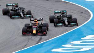 Verstappen och Hamilton kör mot varandra.