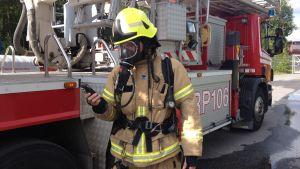Räddningsverket använder sig av handhållna mätare när de mäter halten kolmonoxid och andra gaser.